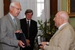 Předseda Akademie věd předává ocenění L. Perkovi