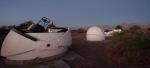 Pohled na hvězdárnu San Pedro de Atacama Celestial Explorations Observatory v Chile. 50 cm dalekohled vlevo a 40 cm  v pozadí vpravo (s otevřenou kopulí), které úspěšně zachytily 6. listopadu 2010 zákryt hvězdy planetkou Eris na snímku Alaina Mauryho.