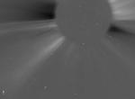 Výřez snímku z koronografu C2. Dvoutisící kometa SOHO je označena šipkou.