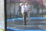 Dva někdejší generalní tajemníci IAU [L. Perek - tehdy 87 let a prof. Jean Claude Pecker z Paříže - tehdy 83 let] skotačí na trampolíně při návštěvě na Perkově chalupě u Příbrami Autor: Jiří Vašek