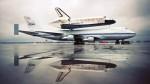 Discovery s letadlovým nosičem na letišti Autor: NASA
