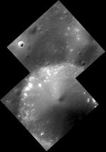Díra Hollow Dali na Merkuru v detailu 9 metrů na px Autor: NASA/Johns Hopkins University Applied Physics Laboratory/Carnegie Institution of Washington