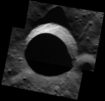 Zastíněný kráter v detailu 7 m na px Autor: NASA/Johns Hopkins University Applied Physics Laboratory/Carnegie Institution of Washington