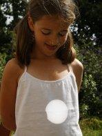 Ukousnuté Slunce při zatmění 1. srpna 2008 promítnuté na tílku dívky. Autor: Laurent Laveder