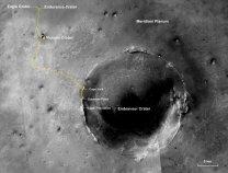 Snímek okolí kráteru Endeavour ukazuje cestu uraženou Opportunity (žlutá křivka) z místa výsadku (vlevo nahoře) Autor: NASA