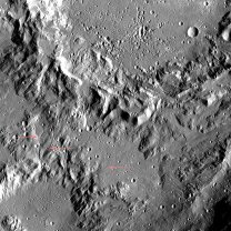 Vymleté kanály na vnějších svazích valu kráteru Ikapati (označené šipkami). Uvnitř samotného kráteru – v horní části snímku – si můžeme všimnout také velkého množství jamek, které se svým tvarem na první pohled liší od impaktních kráterů. Tyto útvary vznikají propadem materiálu po vysublimování ledu z podloží Autor: NASA/Dawn/Petr Scheirich