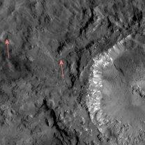 Útvary připomínající tekoucí ledovce poblíž kráteru Haulani Autor: NASA/Dawn/Petr Scheirich