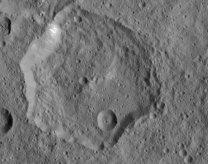 Ukázka polygonálního kráteru na Ceresu – kráter Fejokoo Autor: NASA/Dawn