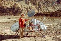 Carl Sagan u modelu přistávacího modulu Vikingu Autor: NASA