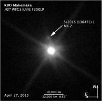 Trpasličí planeta Makemake a její nově objevený měsíček. Autor: HST/NASA/ESA