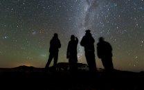 Skupina pozorovatelů v Jižní Africe pod tmavou noční oblohou Autor: NASA