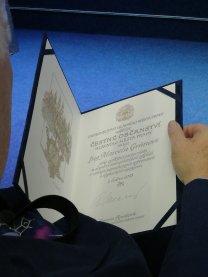 Přes rameno - diplom čestného občana Prahy Autor: Pavel Suchan
