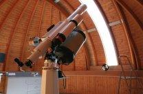 Dalekohledy v severozápadní kopuli slouží pro veřejná pozorování. Čočkový dalekohled s objektivem 150/2250 mm pro pozorování sluneční fotosféry, čočkový dalekohled s objektivem 152/900 mm pro pozorování sluneční chromosféry v čáře H-alfa a dalekohled konstrukce Schmidt-Cassegrain se zrcadlem 355/3910 mm pro večerní pozorování. Autor: Z. Moravec