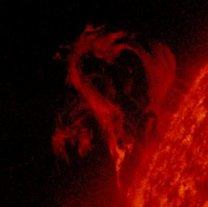 Slunce 3. května 2019 v UV oboru (304 nm). Aktivní oblast 3740 je dobře patrná u levého okraje i s pěknou eruptivní protuberancí. Autor: NASA/SDO/AIA
