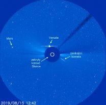 Situace v korónografu SOHO LASCO C3 15. srpna 2019. Popisky ukazují zajímavé dění v okolí. Slunce je zakryto terčíkem. Autor: NASA/ESA