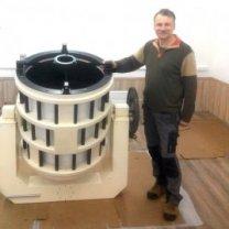 Gennadij Borisov u svého vlastnoručně postaveného dalekohledu o průměru 65 cm, kterým kometu objevil Autor: Gennadij Borisov