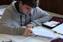 Tomáš Vítek řeší úlohy teoretického kola na XXIV. IAO Autor: Igor Salnikov