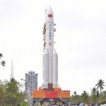 Vývoz rakety CZ-5 v Číně před startem 27. 12. 2019