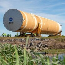 Centrální stupeň připravované rakety SLS na cestě do člunu Pegasus před převozem z Michoudova střediska do testovacího Stennisova Autor: NASA