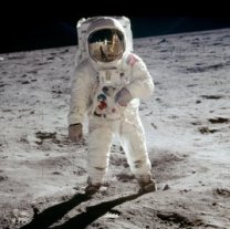 Edwin Aldrin na Měsíci. Nejvíce publikovaný snímek (AS11-40-5903) z prvního přistání vyfotil Neil Armstrong, který je vidět v odrazu průzoru helmy. Autor: NASA