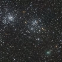Kometa C/2017 T2 (PanSTARRS) 25. 1. 2020 u dvojité hvězdokupy v Perseu. 40×30s, ISO 12800, Canon 6D + Orion CT8, Rozdroze Izerskie Autor: Martin Gembec