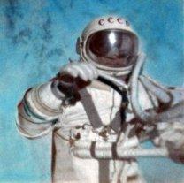 Alexej Leonov při výstupu do volného kosmu 18. 3.. 1965