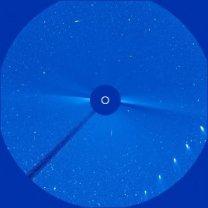 Kometa C/2020 F3 (NEOWISE) zaznamenaná koronografem SOHO. Pozice odpovídají zhruba 11. hodině UT každého dne od 23. do 27. června. Slunce je na snímku vyznačeno bílým kolečkem pod terčíkem, který ho zakrývá. Autor: SOHO/NASA/ESA/M. Gembec