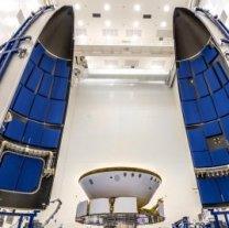Marsovské vozítko Perseverance schované v ochranné obálce a připojené k přeletovému stupni je integrováno do aerodynamického krytu rakety. Autor: NASA