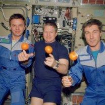 Posádka Expedice 1 na ISS si užívá čerstvé ovoce v modulu Zvezda. Zleva Gidzenko, Shepherd, Krikaljov