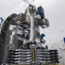 143 družic na jednom adaptéru rakety Falcon 9 s polovinou aerodynamického krytu v pozadí Autor: SpaceX