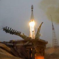 Start rakety Sojuz-2.1a z kosmondromu Bajkonur 22. března 2021 ve speciálním bílo-modrém nátěru s červenými tryskami k výročí 60 let člověka do kosmu Autor: Roskosmos