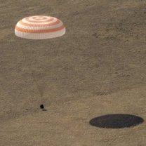 Kabina Sojuzu MS-17 těsně před dosednutím do kazašské stepi 17. dubna 2021 Autor: NASA