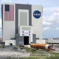 Centrální stupeň rakety SLS se přesouvá do montážní haly VAB na Floridě při přípravě na misi Artemis 1 Autor: NASA