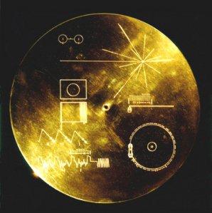 Pozlacená deska s poselstvím na palubě sond Voyager.