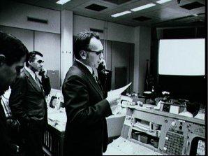 Luboš Kohoutek telefonuje ve středisku NASA s astronauty na stanici Skylab