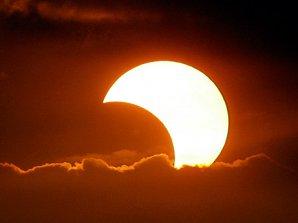 Částečné zatmění Slunce. Zdroj: National Geographic.