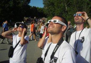 Členové V. expedice SAROS unešeni zatměním v roce 2008. Autor: Alex Cadarso