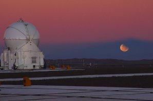 Zatmění Měsíce ve stínu Země v srpnu 2008 z observatoře Paranal. Autor: ESO