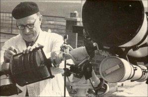 Jindřich Zeman seřizuje astrograf. Autor: Archiv Hvězdárny v Úpici