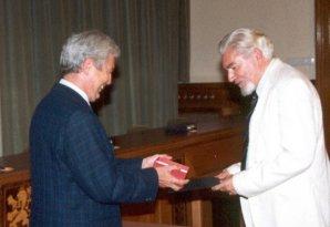 Zdeněk Švestka dostává z rukou Jiřího Grygara Nušlovu cenu 2002 Autor: Archiv astro.cz