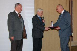 Antonín Rükl přebírá Nušlovu cenu z rukou Jiřího Grygara a Jana Vondráka Autor: Vladimír Libý