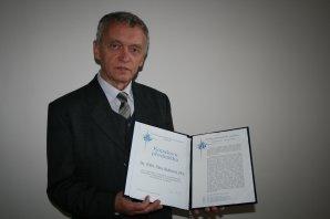 Petr Hadrava při udělení ceny Kopalova přednáška za rok 2012. V roce 2016 mu byla Akademií věd AV ČR udělena i Čestná oborová medaile Ernsta Macha. Autor: ČAS.
