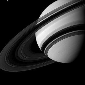 Saturnovy prstence z tmavé strany