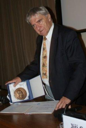 Ladislav Sehnal při přebírání Nušlovy ceny za rok 2005