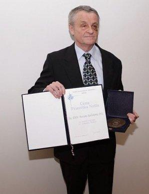 Marian Karlický při přebírání Nušlovy ceny za rok 2013 Autor: Vladimír Libý