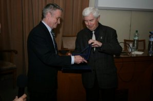 Marian Karlický přebírá Nušlovu cenu z rukou Jiřího Grygara Autor: Vladimír Libý
