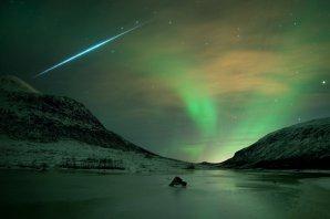 Polární záře se zábleskem meteoru