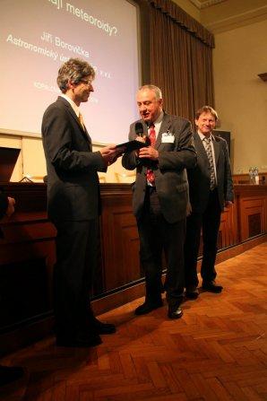 Dr. Jiří Borovička při Kopalově přednášce; cenu předává předseda ČAS Dr. Jan Vondrák, v pozadí Dr. Pavel Spurný Autor: Astropis.