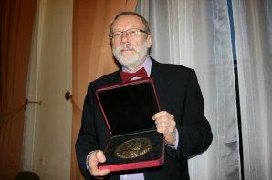 prof. RNDr. Petr Heinzel, DrSc. s plaketou Nušlovy ceny Autor: Akademie věd ČR