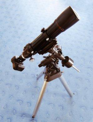 Zrcadlovka umístěná v primárním ohnisku dalekohledu. Fotografická sestava je umístěna na paralaktické montáži. Autor: Klub astronomů Liberecka